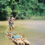 På tømmerflåde ned af Amazonfloden for at komme ud og trylle hos indianerstammer.