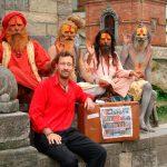 Blandt hellige mænd til ligbrænding i Himalaya.