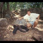 Fotograferet med kæmpeskildpadde (det er Jesper til højre.)