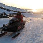 Der ud ad på snescooter, og med solnedgangen i ryggen. Grønland.