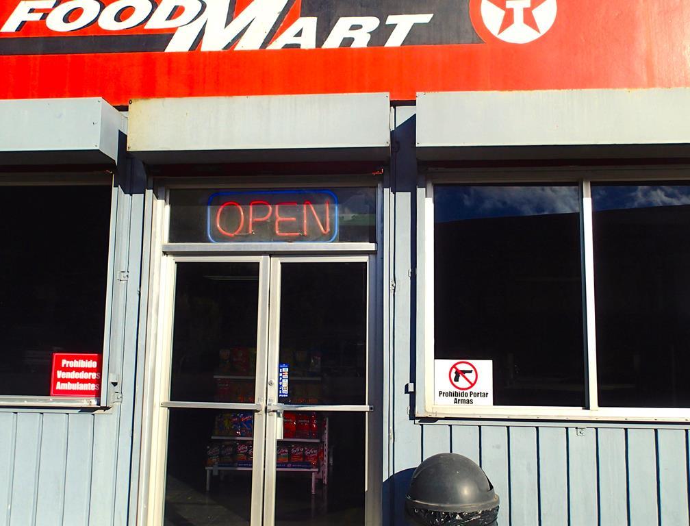 """På butiksruderne hænger skilte der siger: """"Pistoler forbudt her i forretningen"""". Måske det i virkeligheden siger mere om samfundet"""