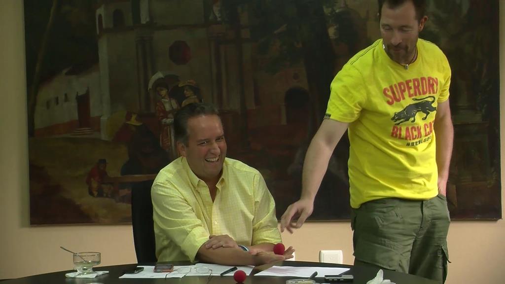 En tydelig overrasket borgmester, der blev professionel snydt af en dansk tryllekunstner