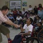 I Honduras er det normalt er det tabubelagt, at have familiemedlemmer der er handikappede. Disse gemmes væk på dystre institutioner og sygehuse, hvor de til tider lever en kummerlig tilværelse. Men der kom pludselig fest og farver ind på afdelingen, da Doktor Elmer inviterede Jesper på besøg.