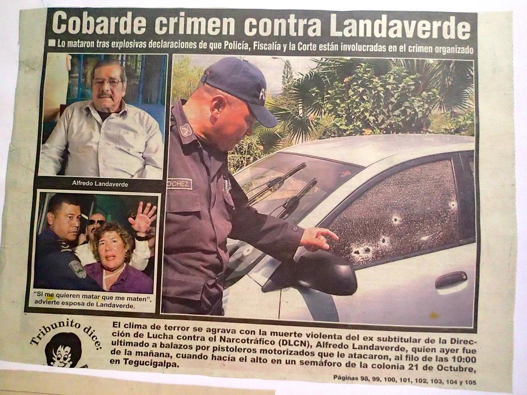 Artikler der beskriver mordet på Alfredo Landaverde. Hilda fortalte nøgternt om attentatet, hvor også hun var millimeter fra at miste livet. Under Jespers besøg hos Hilda holdt bilen stadig parkeret i indkørslen, nærmest som et symbol på ondskaben i Honduras.