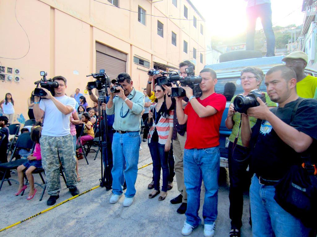 Tv-stationer, radiokanaler, fotografer og skrevne journalister var mødt op for at forevige begivenheden midt på Dødens Avenue.