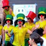 """Blandt de mange frivillige deltagere i """"Smil på Dødens Avenue"""" var også et flot og farvestrålende sambaorkester, der ankom på ladet af Folkevogne, mens de lod rytmerne banke af sted."""