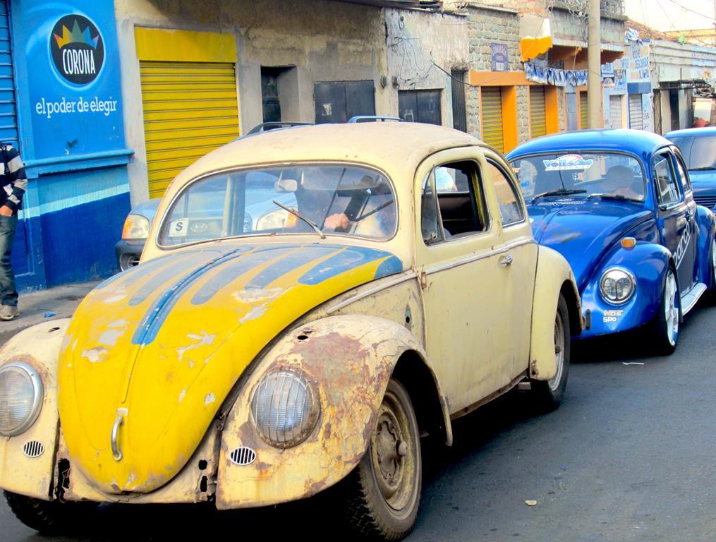 Honduras` Folkevognsklub kørte i karavane ind igennem hovedstaden, for at ende ved scenen på Dødens Avenue.