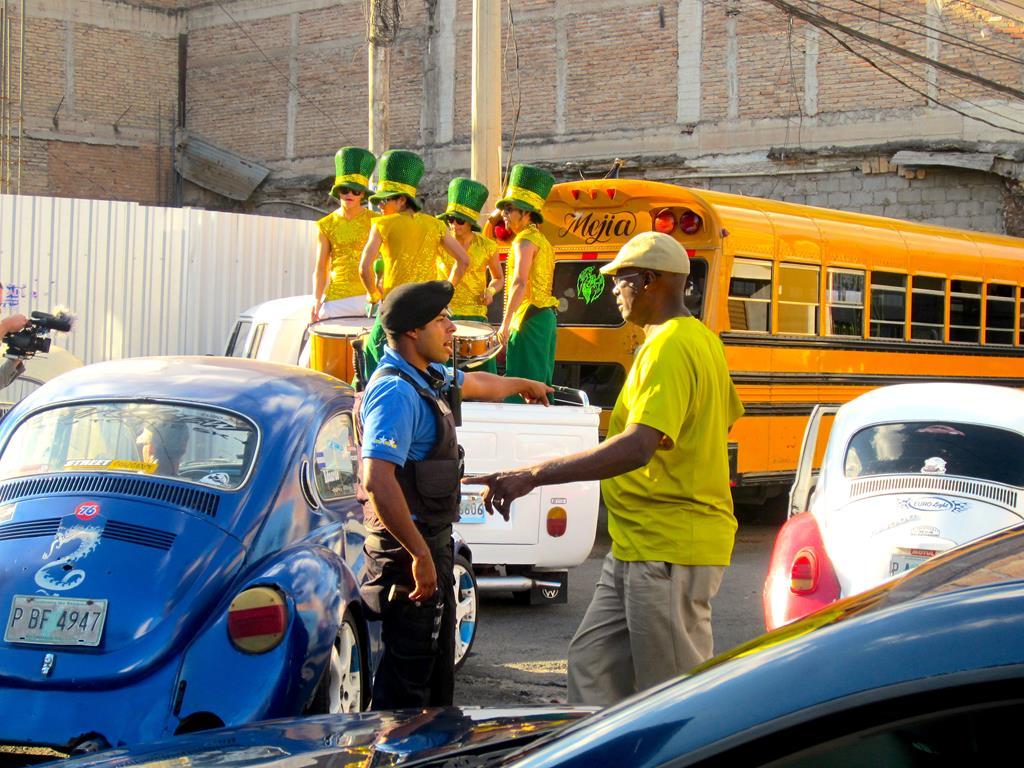 Tegucigalpas borgmester og kommende præsidentkandidat Ricardo Alvarez, havde i 11. time givet tilladelse til politibeskyttelse. Her er Alvin ved at orientere én af de skarptbevæbnede betjente.