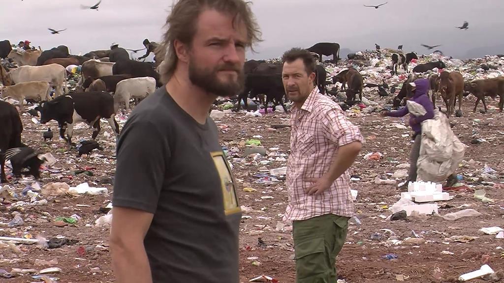 Afmagten og fortvivlelsen lyser ud af øjnene på både Thomas og Jesper. Trods de har rejst verden rundt og oplevet det meste, så var dette et skræmmende syn, som satte sig spor hos dem for evigt