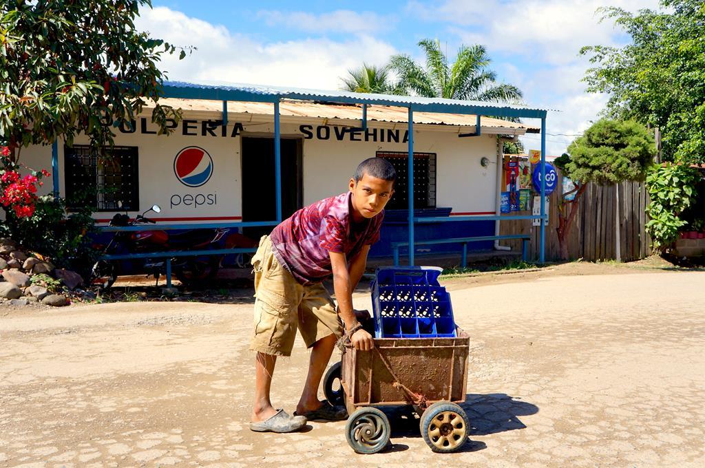 En ca. 10-årig tilfældig dreng. I et samfund som Honduras` vokser han op til en uvis skæbne. Ender han selv en dag som f.eks. massemorderen Roberto? Det var i den alder Roberto blev en del af de kriminelle bander.