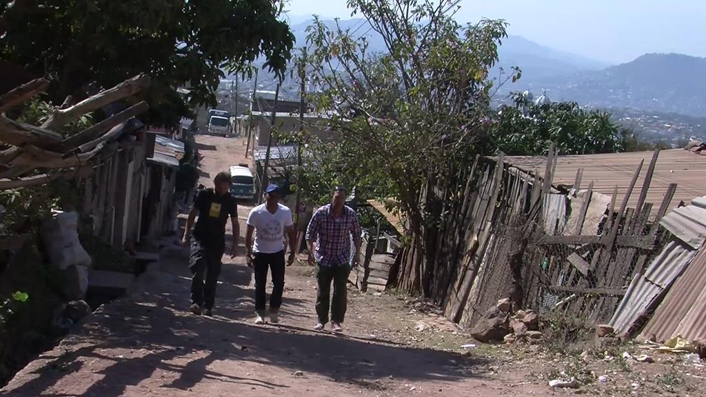 """Uden for byens centrum ligger det gigantiske slumkvarter med 35.000 """"indbyggere"""". Her vises Thomas og Jesper rundt af den lokale fyr, Nelson"""