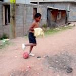 Uanset hvor i verden man kommer hen, så er fodbolden og glæden ved spillet ofte fællesnævner – og visse steder en kortvarig flugt fra en grusom hverdag.