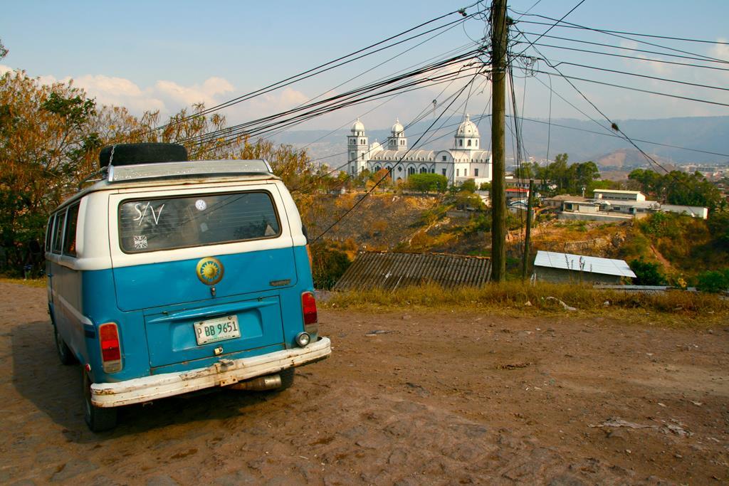 Den flotte blå bus der blev Thomas og Jespers rullende kontor. I baggrunden ses en af hovedstadens smukke katedraler.