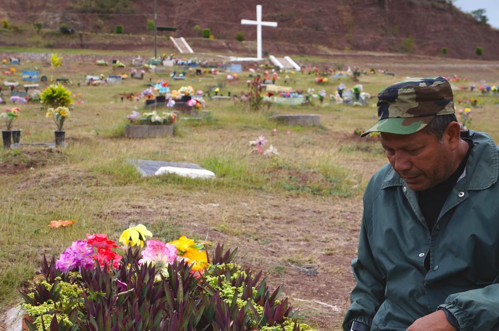 Tino på sin søns grav. En stærk mand, i en stærk tro. Hans fokus var ikke at straffe sin søns mordere, men nærmere at tilgive dem.