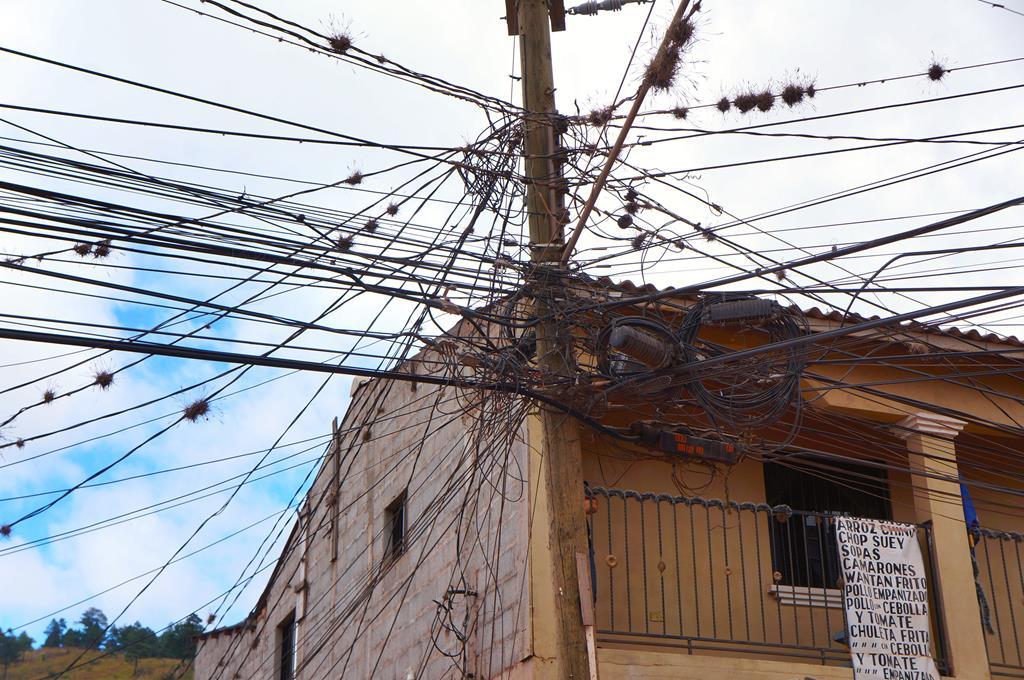 I et u-land er tingene ofte markant anderledes end i Danmark. Her ledningsnettet og strømforsyningen. Pludselig forstår man, hvorfor hele kvarterer pludselig kan blive mørklagt og være uden el.