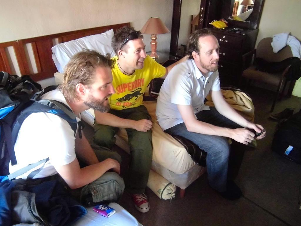 Målet er nået: På vej ud af døren på vej mod lufthavnen sidder Thomas, Jesper og Arne og ser sig selv tone frem på national tv, der beskriver den foregående aftens unikke arrangement.