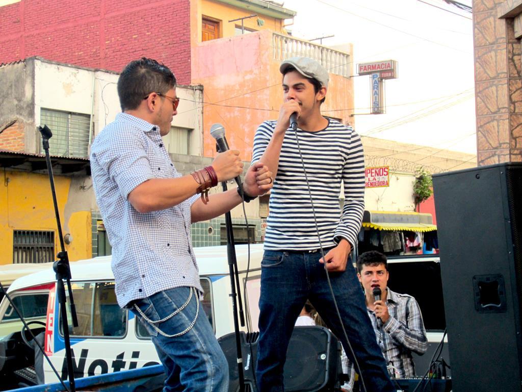 """Et af Latinamerikas hotteste bands: """"Los Bohemios"""" deltog også i det store arrangement, da de gav gratis koncert for de måbende fremmødte."""