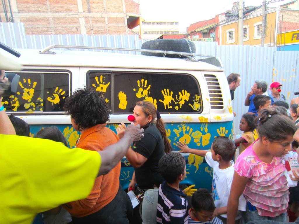 Da det gik op for publikum, at det var seriøst, at de måtte afsætte deres håndaftryk på Thomas` og Jespers bus, var det ved at komme til tumultagtige scener.