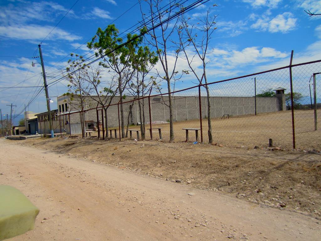 Langt ude på landet ligger de store fængsler med mange hundrede indsatte. I et af ungdomsfængslerne som Thomas og Jesper besøgte, sad børn mellem 10 og 14 år. Adskillige var fængslet for mord.
