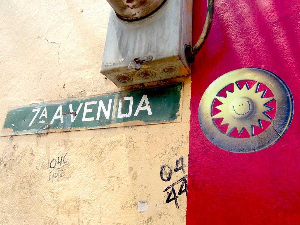"""Thomas og Jespers håb var, for én dag at omdanne """"Dødens Avenue"""" til """"Smilets Avenue"""". I den forbindelse gik de i hemmelighed og i ly af natten, og opsatte deres smilende logo ved siden af det oprindelige vejskilt: 7. Avenue."""