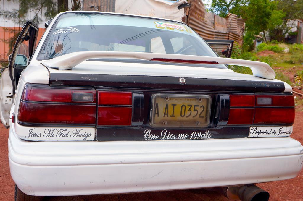 """Tino`s bil med de mange kristne budskaber. Blandt andet: """"Jesus er min ven"""", """"Denne bil tilhører Jesus Kristus""""."""