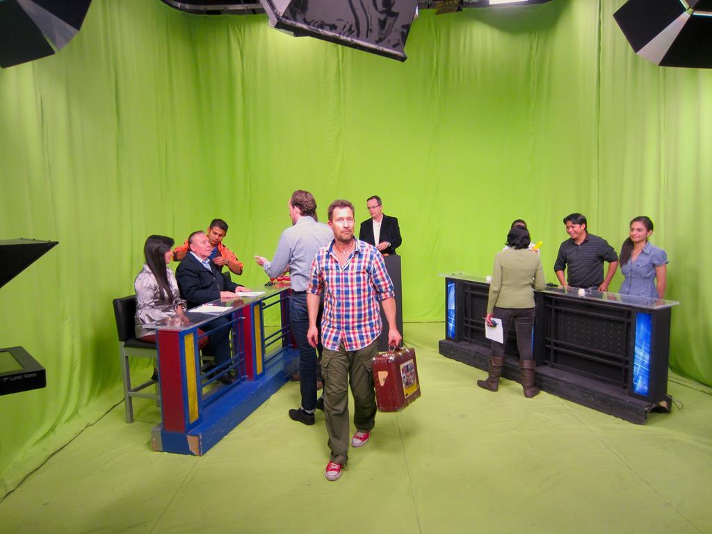 Jesper under prøverne til tv-quizzen, hvor Thomas og ham var hovedpersoner. Lyd og teknik prøves af, statister gøres klar og værten øver sine replikker. På seernes tv-skærme kom det faldefærdige grønne studie med lidt computerteknik til at ligne det funklende Las Vegas.